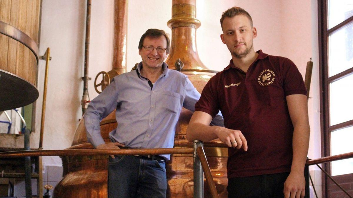 Reinhard und Maximilian Engel vor einem Sudkessel in ihrer Brauerei in Nürnberg
