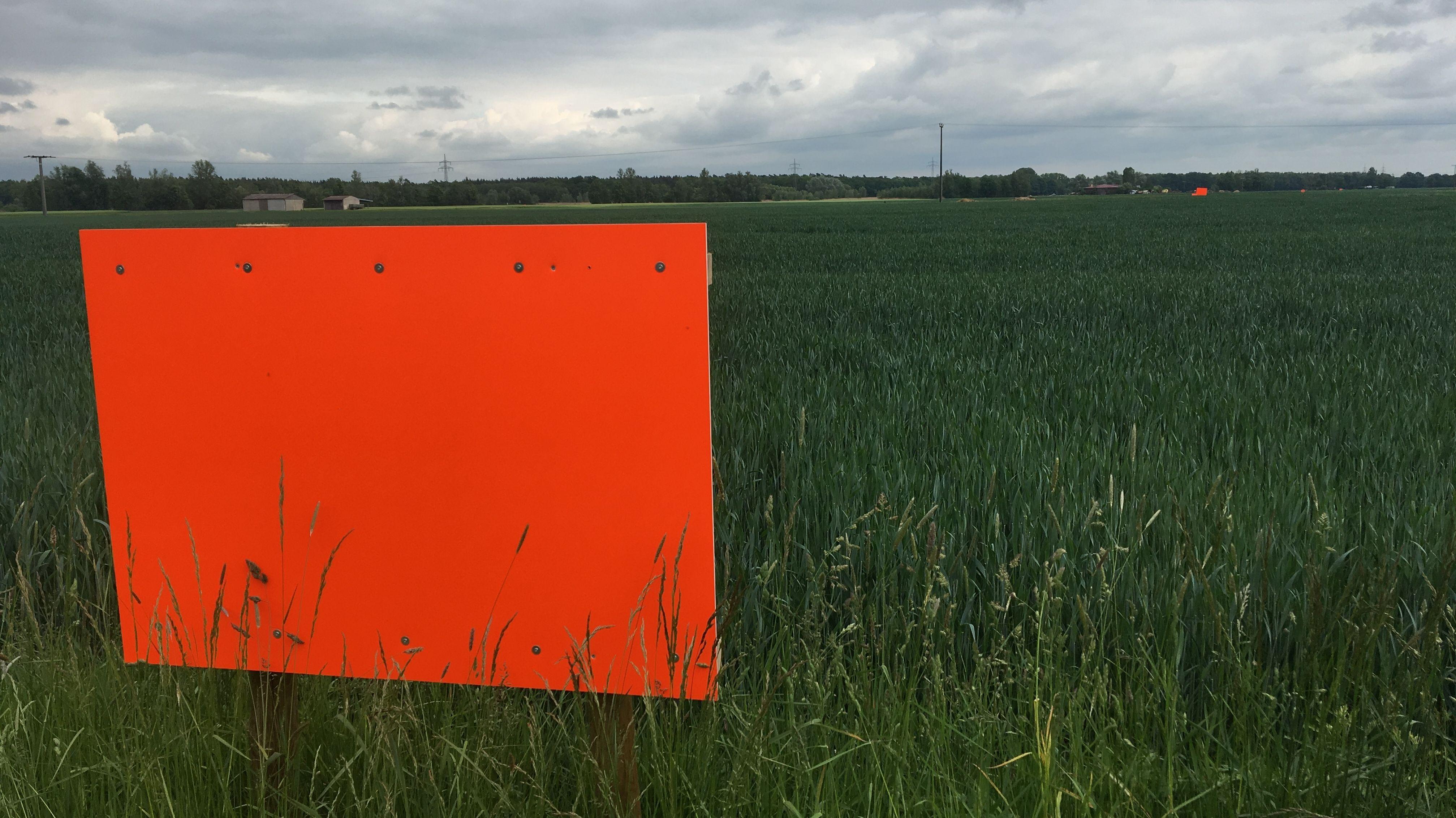 Rote Schilder gegen den Kiesabbau