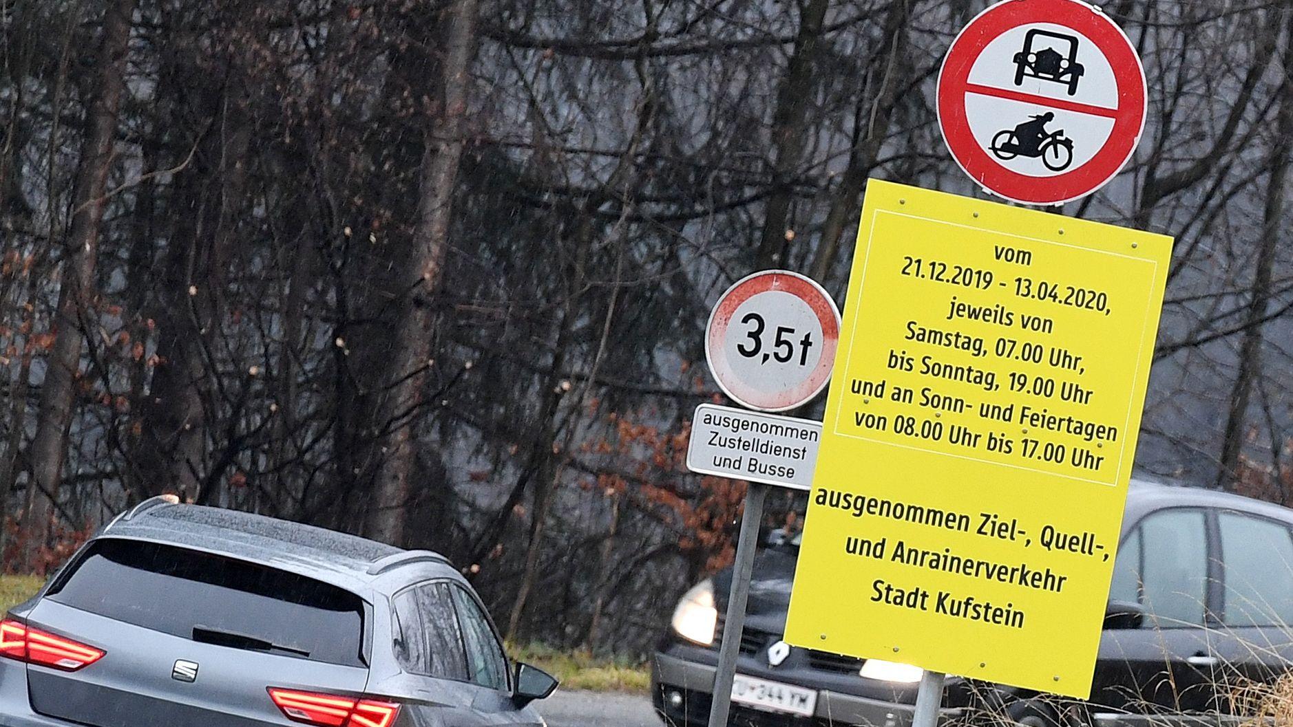 Ein Schild weist auf das Winterfahrverbot an den Wochenenden zwischen dem 21.12.2019 und dem 13.04.2020 hin