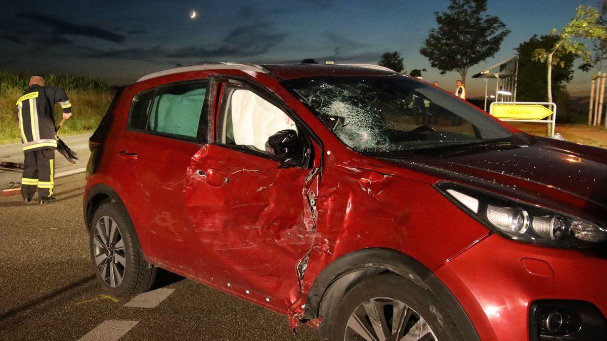 Das demolierte Auto der Unfallverursacherin. Der Motorradfahrer war gegen die rechte Seite geprallt.