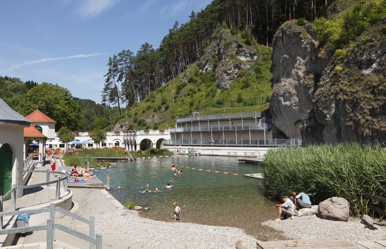 Zu sehen ist das Felsenbad in Pottensein mit hochaufragenden Felsen im Hintergrund.