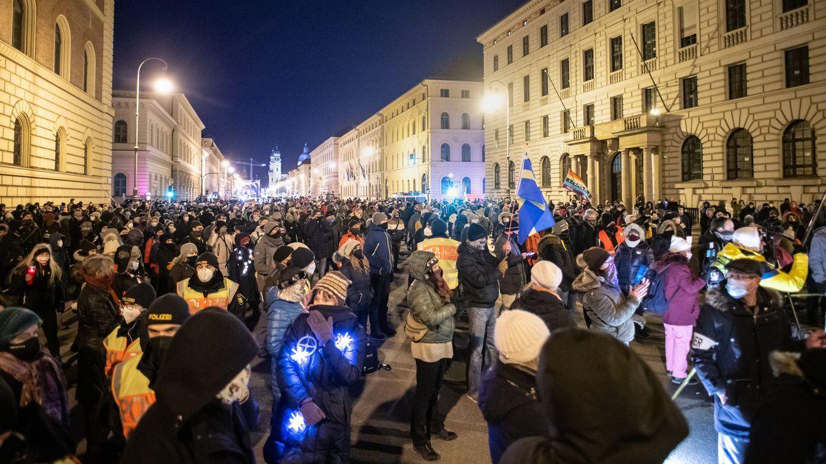 """""""Querdenken"""" Demonstration während der Ausgangssperre"""