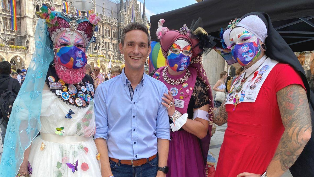 STATIONEN Moderator Benedikt Schregle auf dem Christopher Street Day in München.