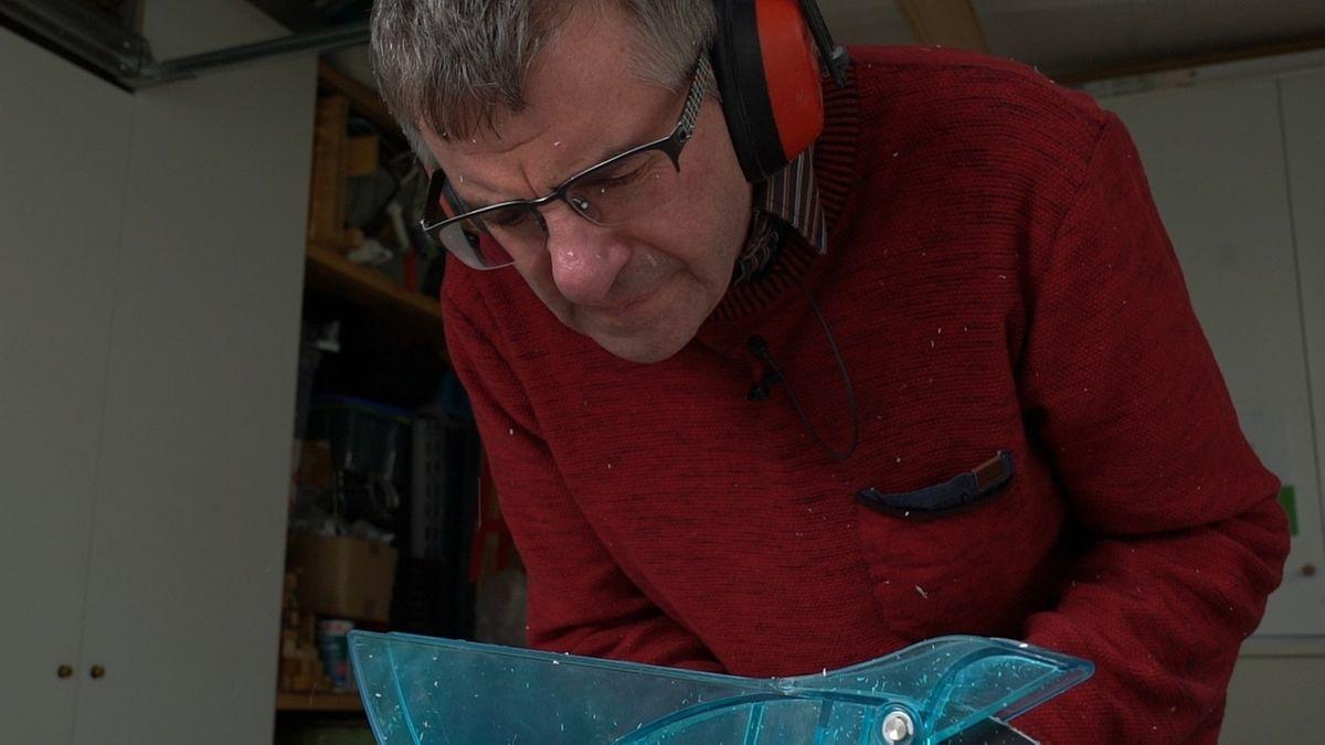 Elektriker Werner Ernst aus Mering sägt Kabelkanäle. Der Arbeitslärm habe ihn schwerhörig gemacht, sagt er.