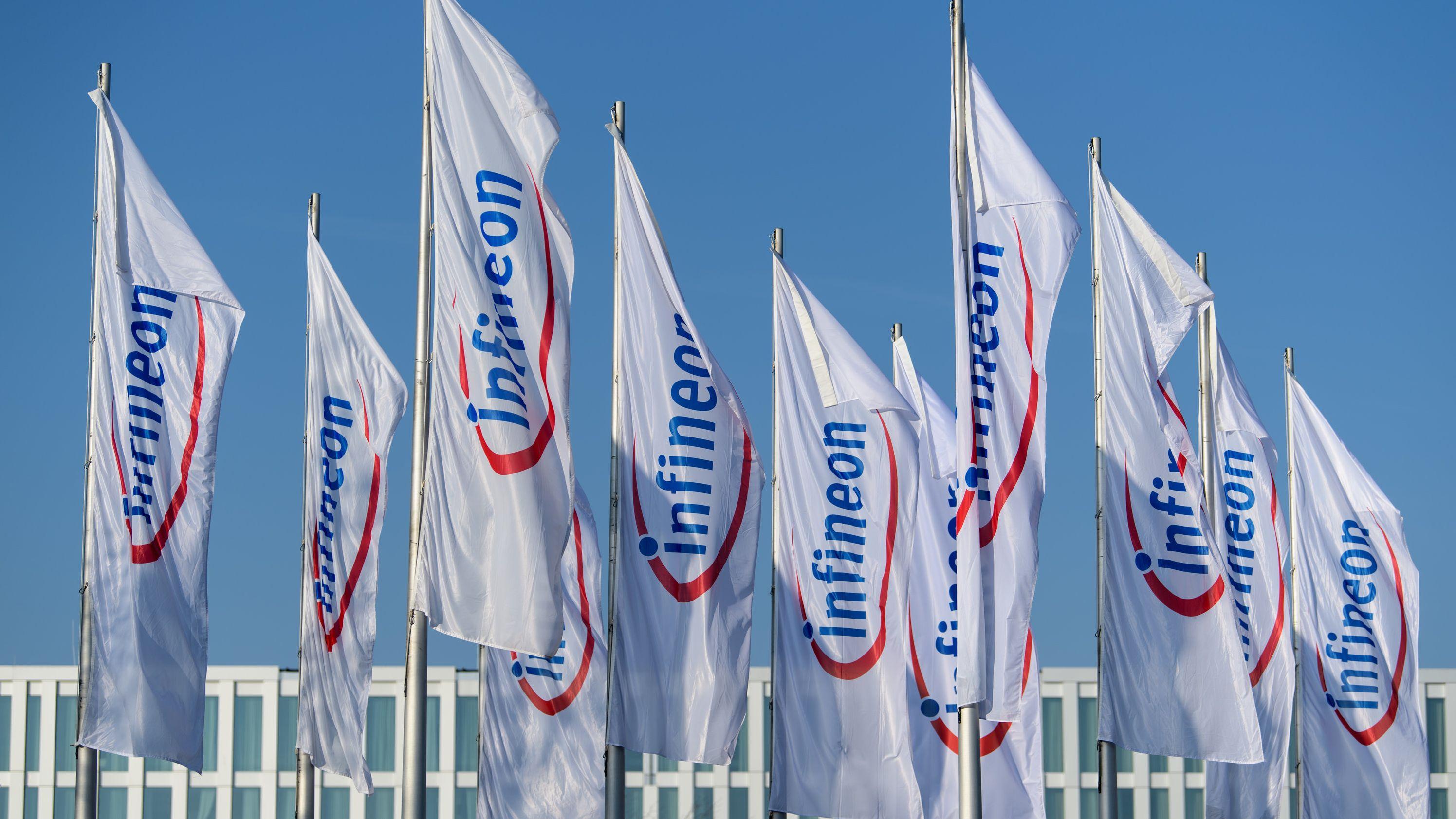 """Fahnen mit Aufschrift """"Infineon"""""""