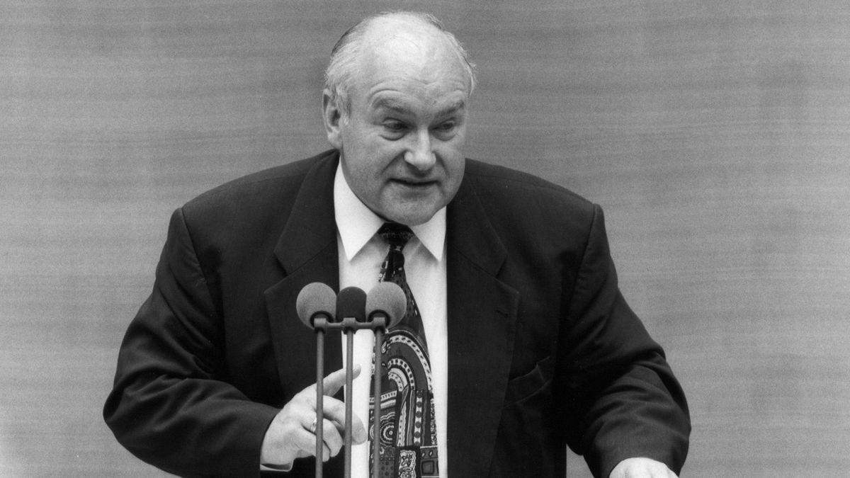 Ernst Hinsken am Rednerpult im Deutschen Bundestag in Bonn während einer Debatte im Mai 1995.