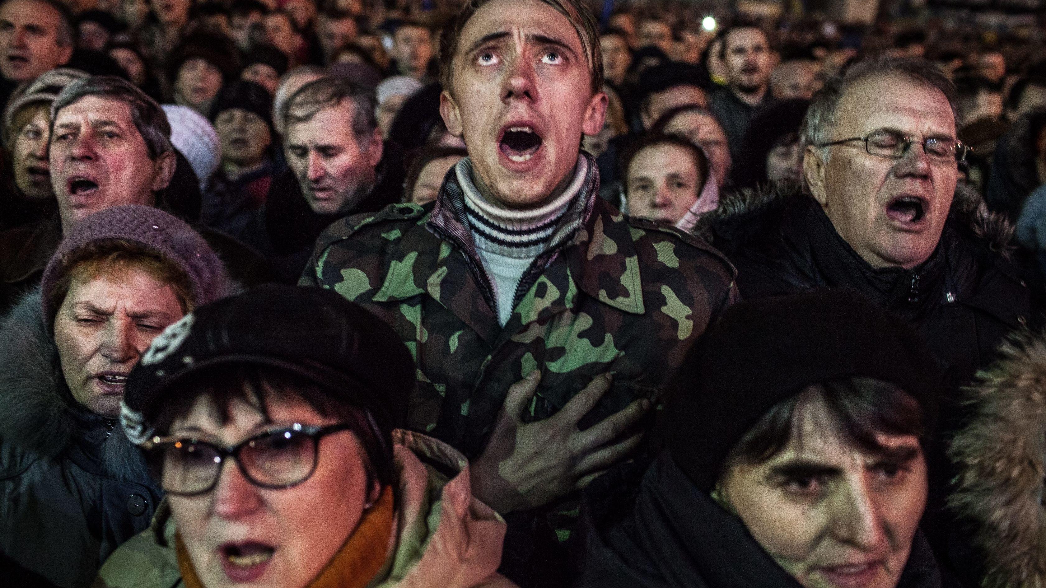 Mehrere pro-ukrainische Demonstranten stimmen auf dem Majdan-Platz in Kiew Protest-Gesänge an, gegen die russische Besetzung der Ost-Ukraine