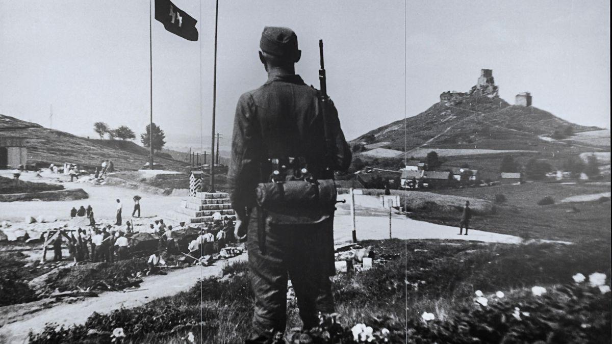 Originalfoto: Ein KZ-Aufseher überwacht Zwangsarbeiter im Steinbruch Flossenbürg