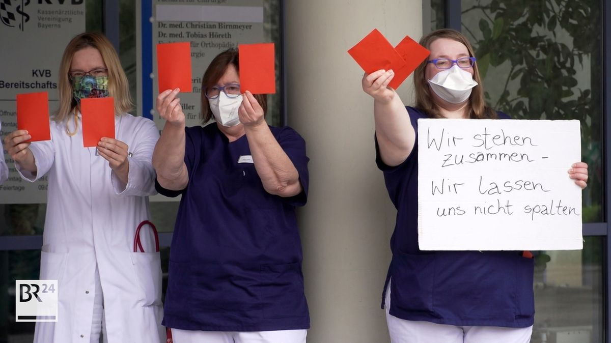 Mitarbeitende der Sana Klinik Pegnitz protestieren