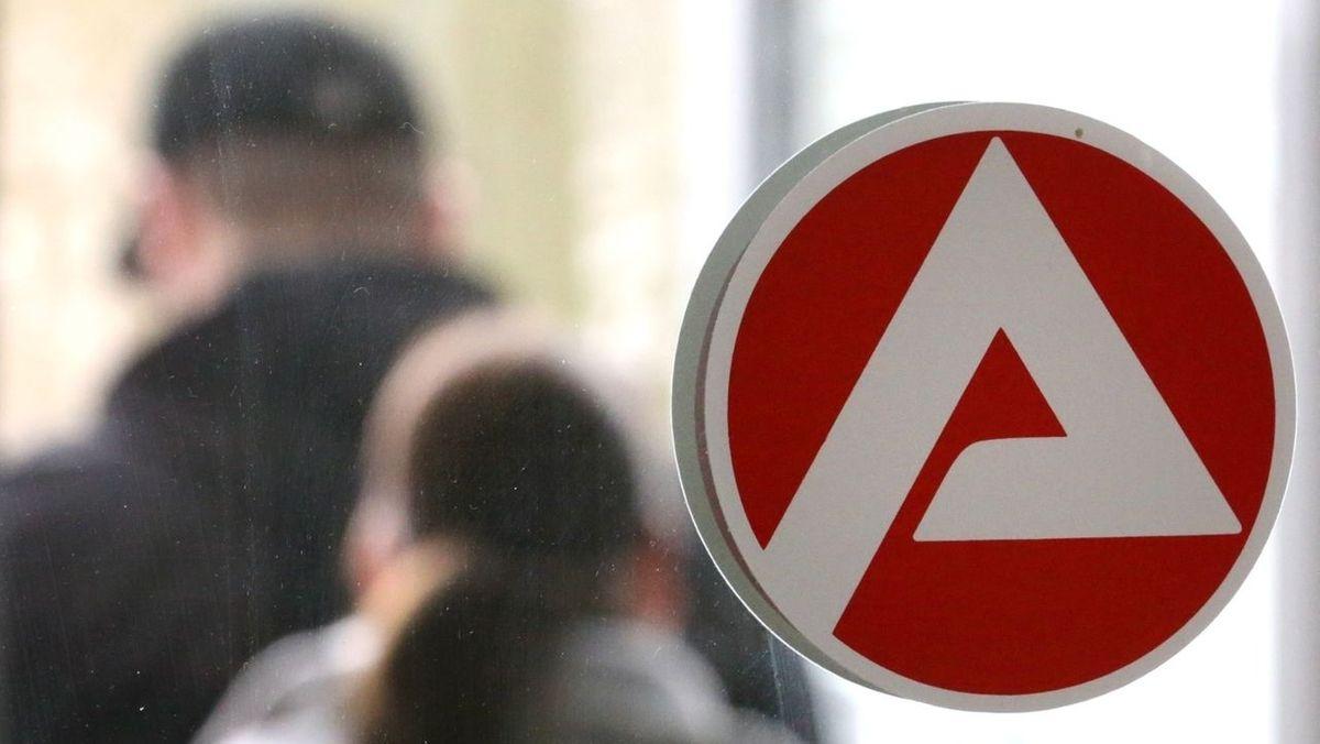 Das Logo der Bundesagentur für Arbeit auf einer Glasscheibe (Symbolbild)