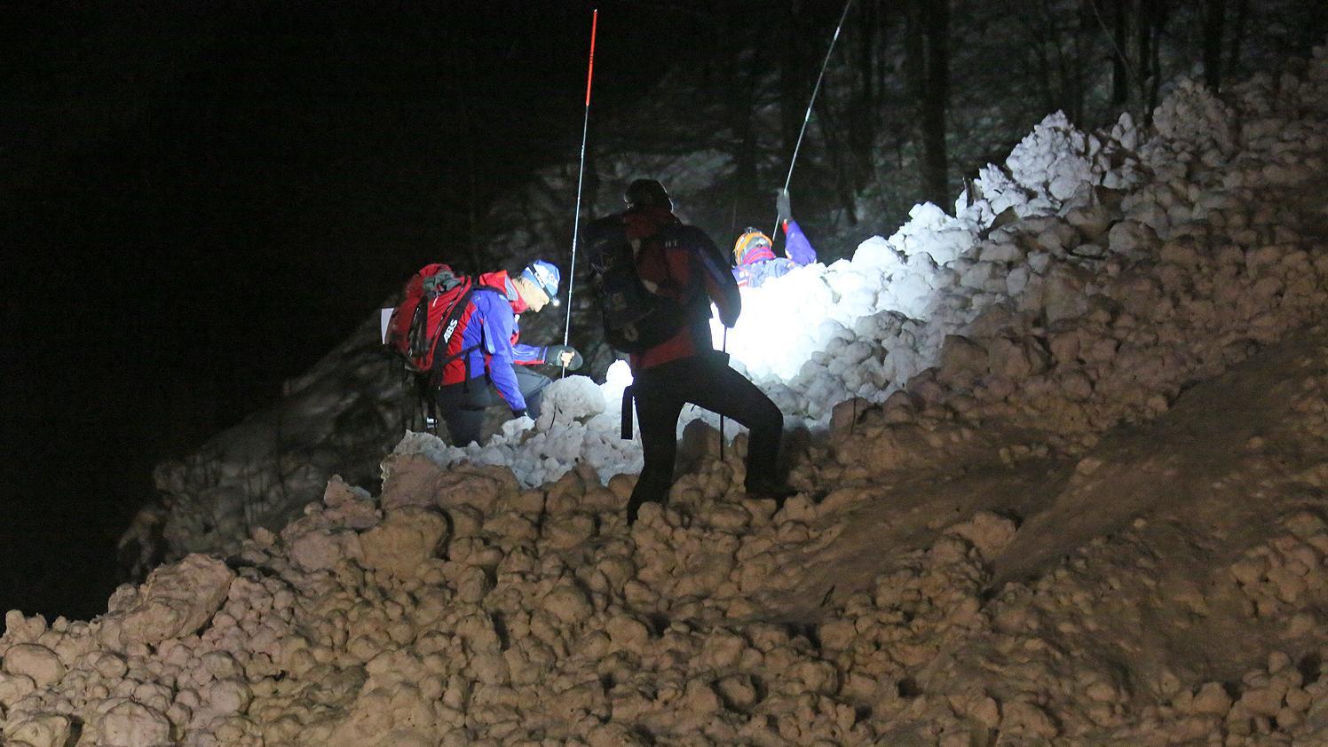 Die Bergwacht Inzell sondierte die Schneemassen mit verlängerbaren Sonden.
