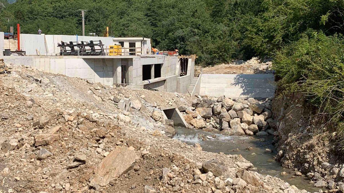 Eine große Baustelle für einen kleinen Fluss: auf über einen Kilometer Länge erstrecken sich die Bauarbeiten an der Doljanka.