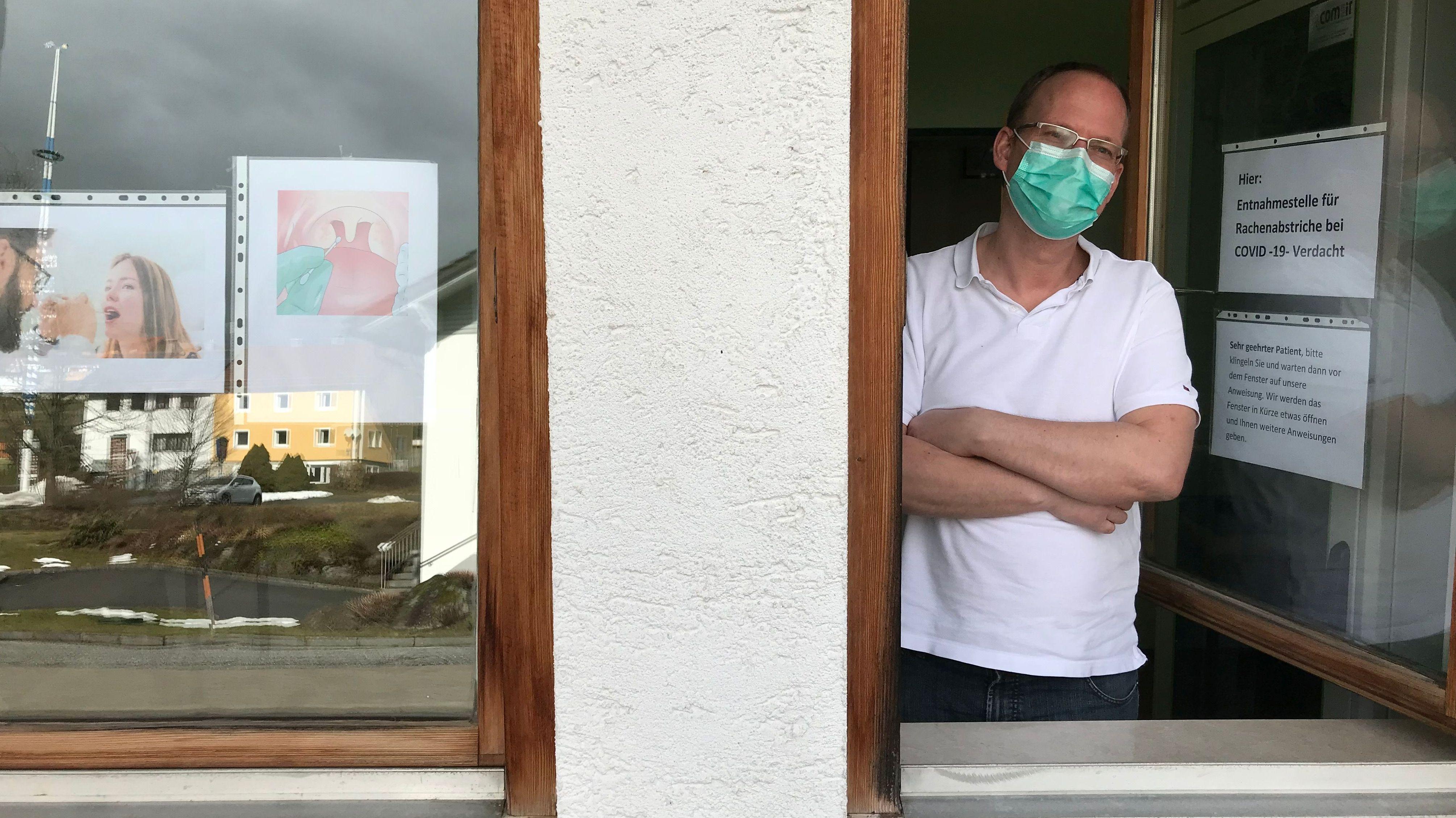 Durch dieses Fenster testet Arzt Nico Waltinger seine Patienten auf Corona