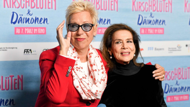 """Doris Dörrie (l), Regisseurin und Hannelore Elsner, Schauspielerin, bei der Premiere des Films """"Kirschblüten und Dämonen""""."""