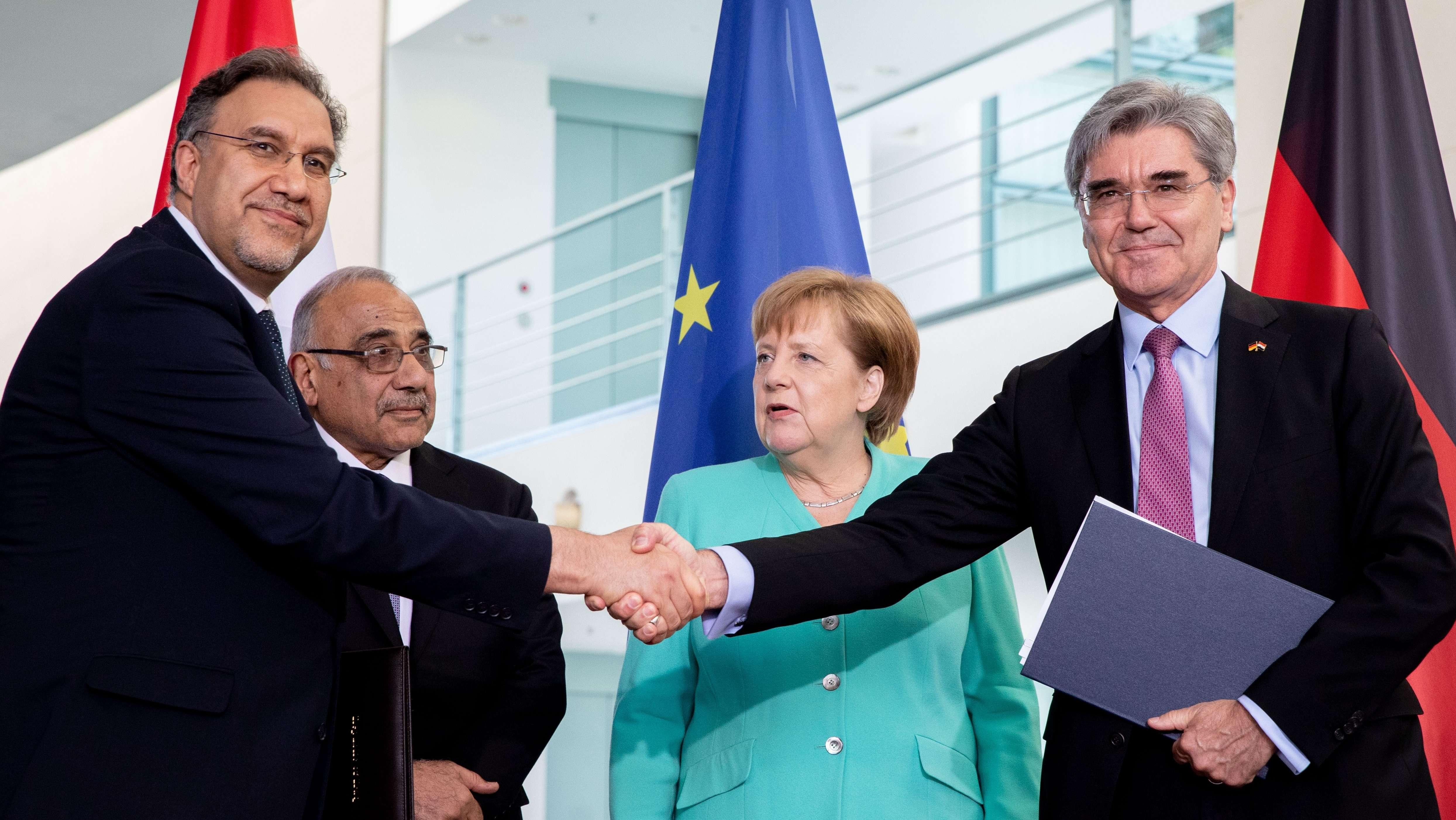 Der irakische Elektrizitätsminister Luay Al-Khateeb und Siemens-Chef Joe Kaeser schütteln Hände.