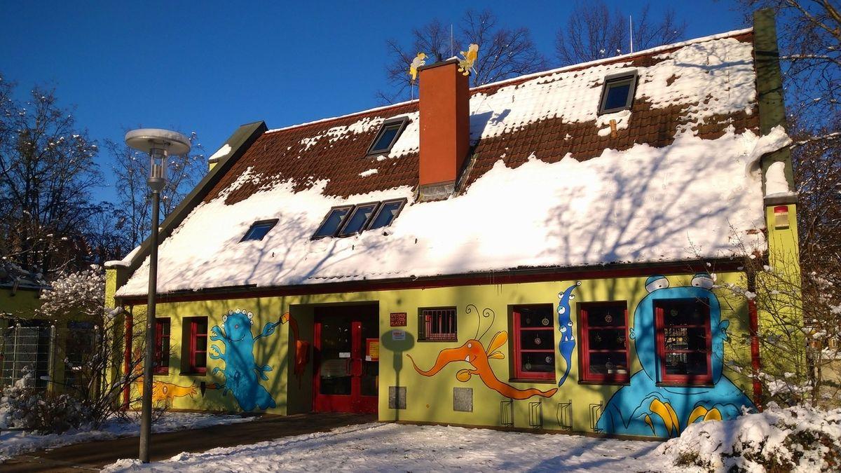 Das bunte Spielhaus des Aktivspielplatzes Gostenhof.