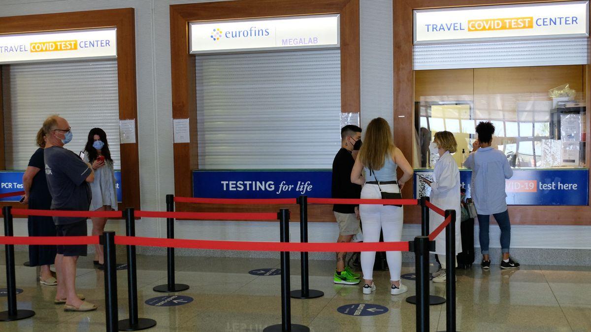 Touristen warten an Testzentrum
