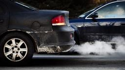 Abgase kommen aus dem Auspuff eines Autos. | Bild:BR / Johanna Schlüter