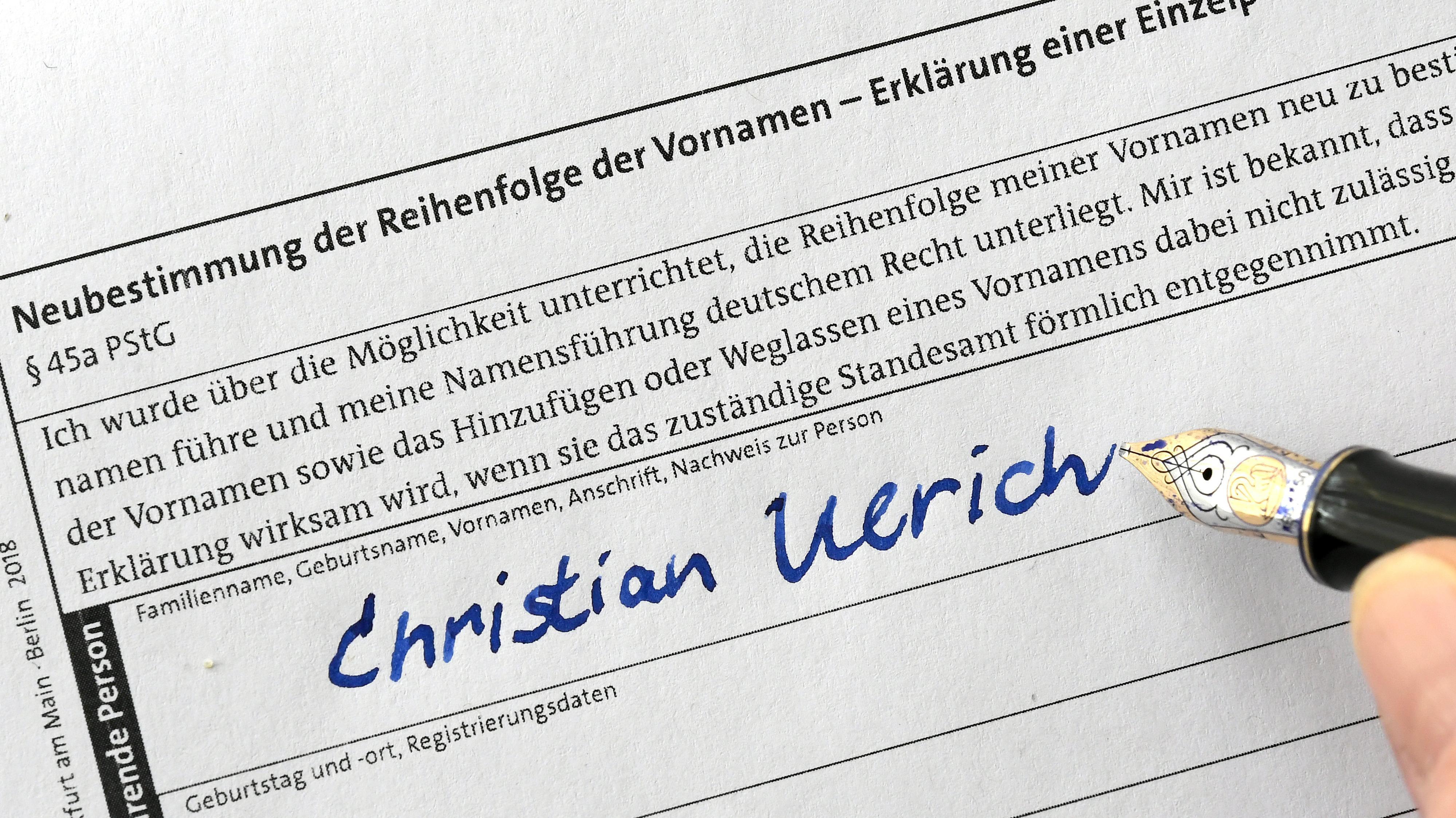 """Die Vornamen Christian und Ulrich werden auf einem Formular """"Neubestimmung der Reihenfolge der Vornamen - Erklärung einer Einzelperson"""" des Standesamtes eingetragen. Christian Ulrich besitzt wie viele Deutsche mehrere Vornamen. Vor gut einem Vierteljahr ermöglichte ihm eine Gesetzesänderung, die Namen umzusortieren."""