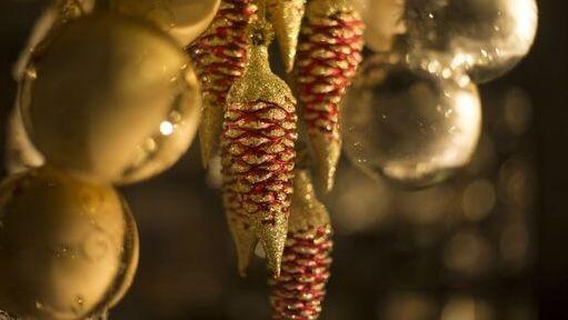 Christbaumschmuck an einem Weihnachtsmarktstand