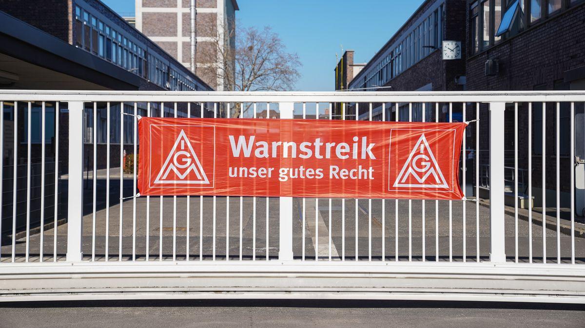 """Am Werkseingang der Firma ZF Race ist ein Banner der IG Metall mit dem Schriftzug """"Warnstreik - unser gutes Recht"""" angebracht."""