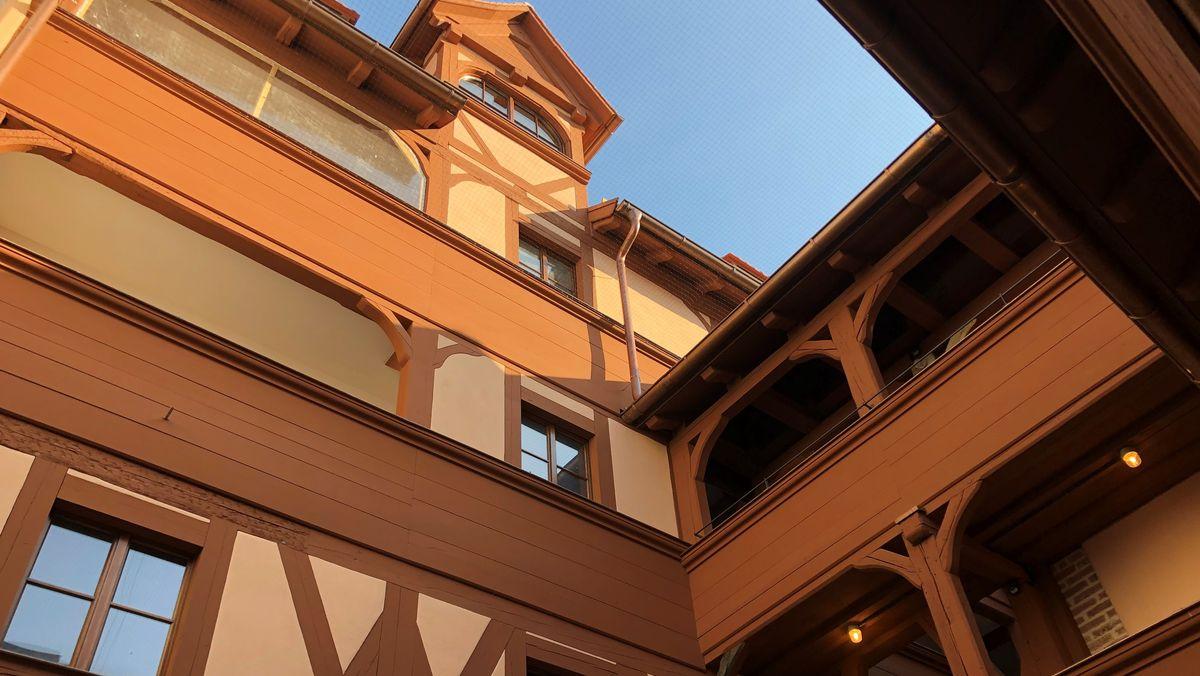 Hausfassade mit Fachwerk und Laubengängen