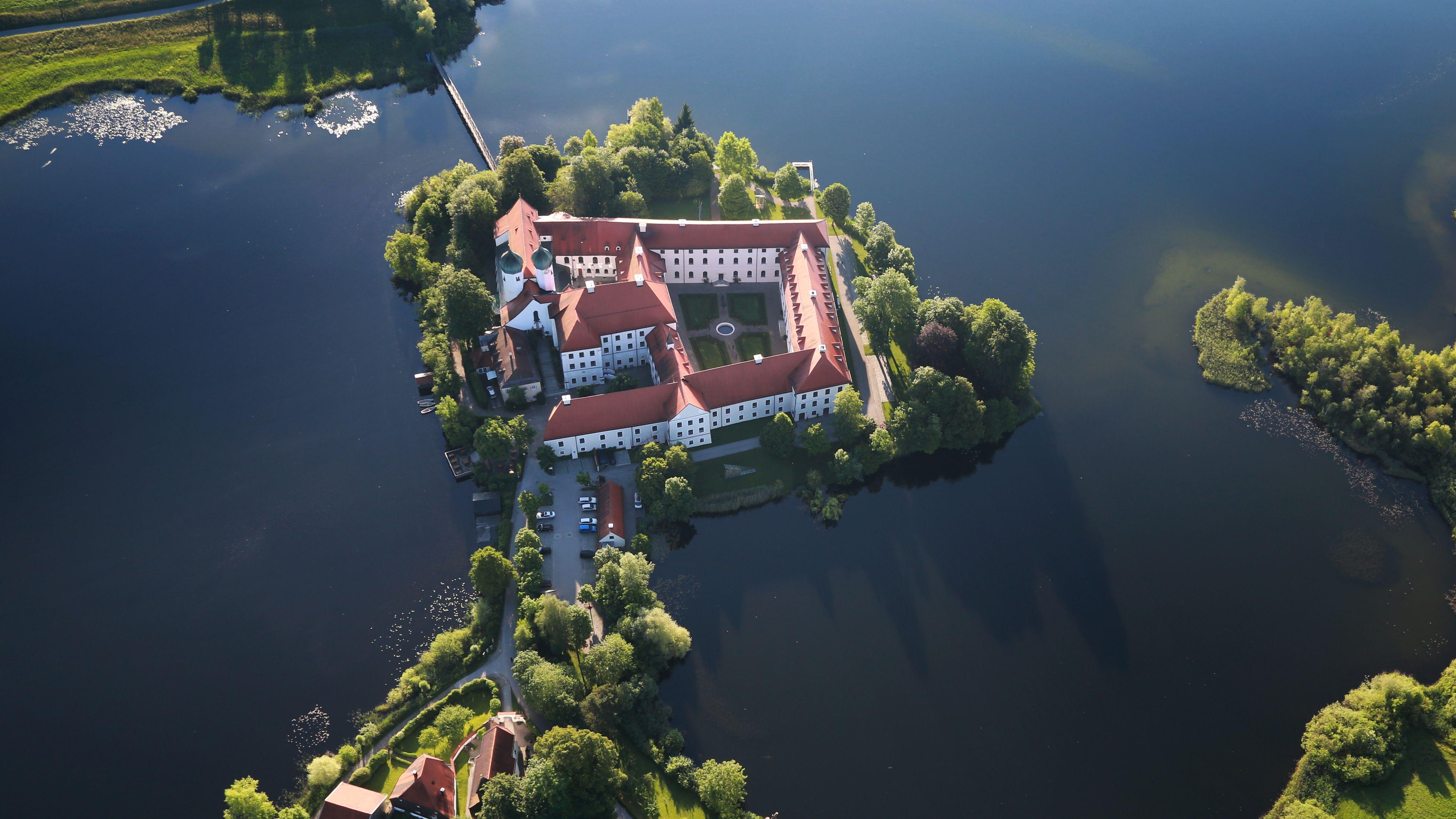 Das Kloster Seeon aus der Luft.