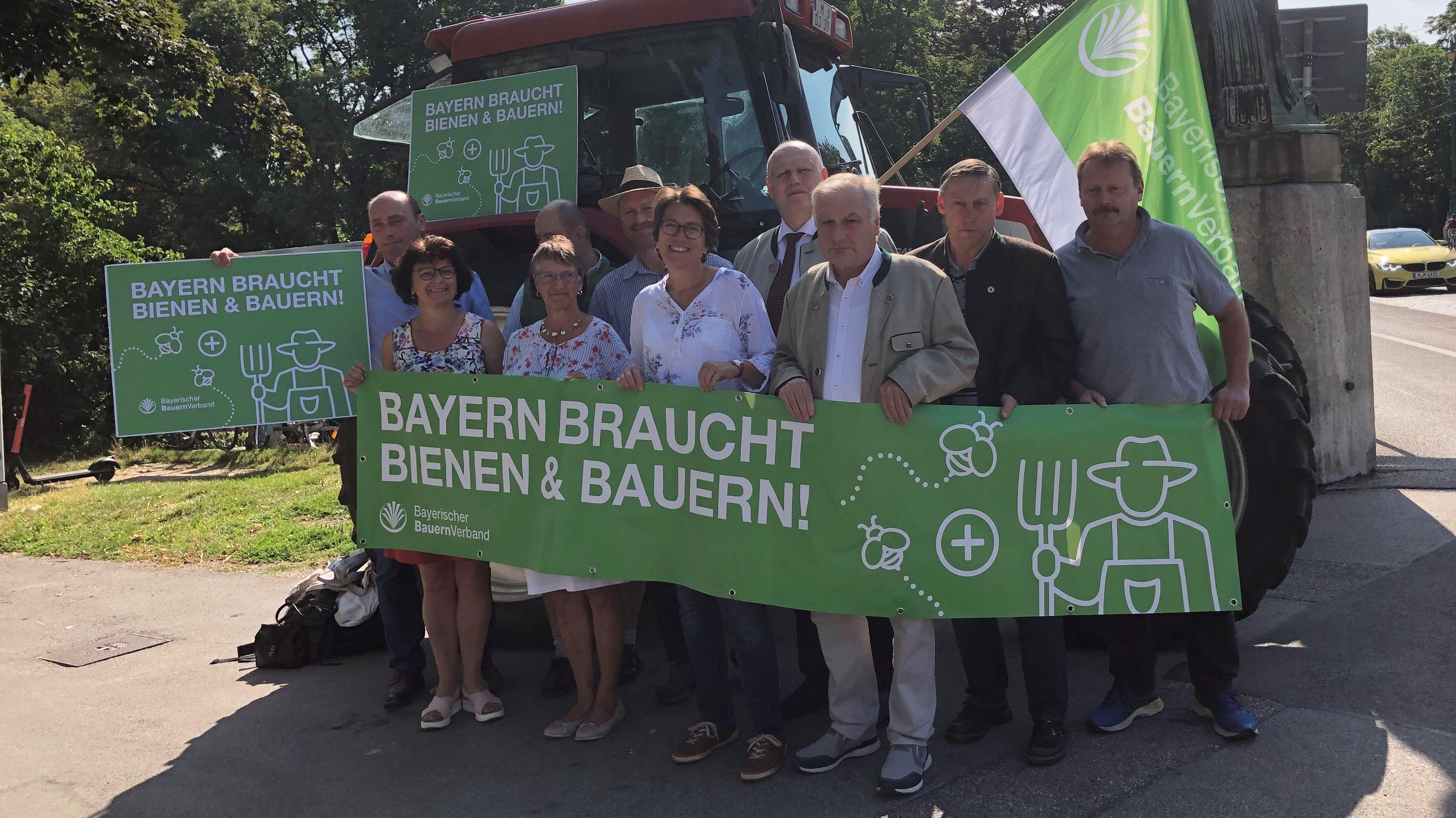 Landwirte demonstrieren am Mittwoch vor dem Landtag - am Tag der Abstimmung über das Artenschutz-Volksbegehren und das Begleitgesetz.