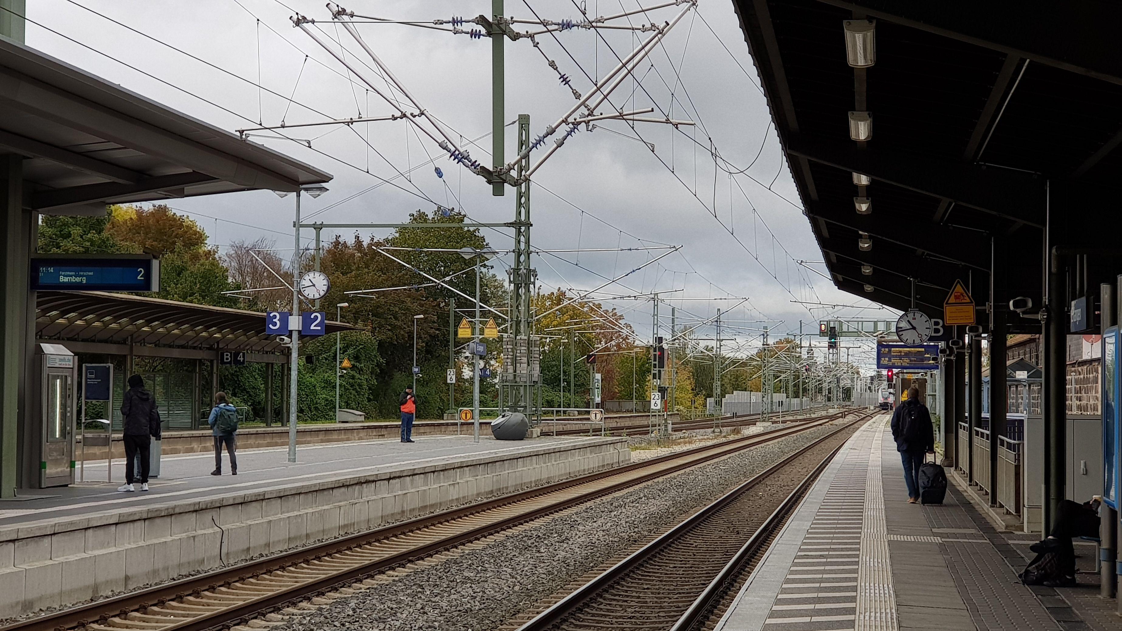 Am Gleis beim Erlanger Bahnhof.