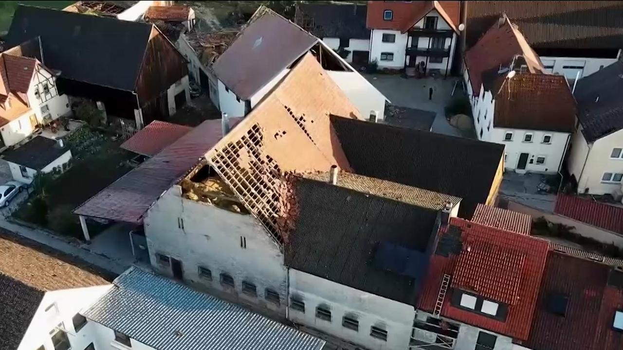 """Beschädigte Dächer in Untersteinach nach dem Sturmtief """"Fabienne"""""""