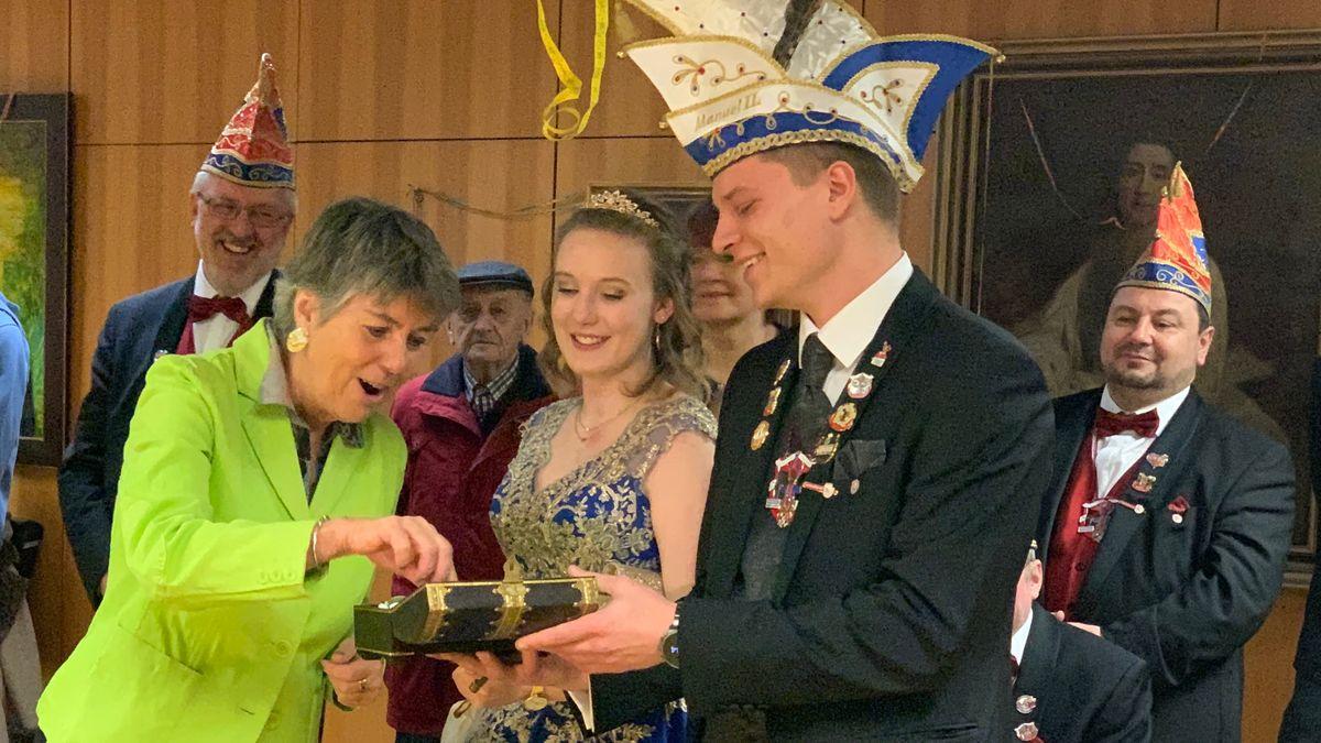 Oberbürgermeisterin Brigitte Merk-Erbe bekommt symbolisch den Schlüssel für das Rathaus in Bayreuth zurück