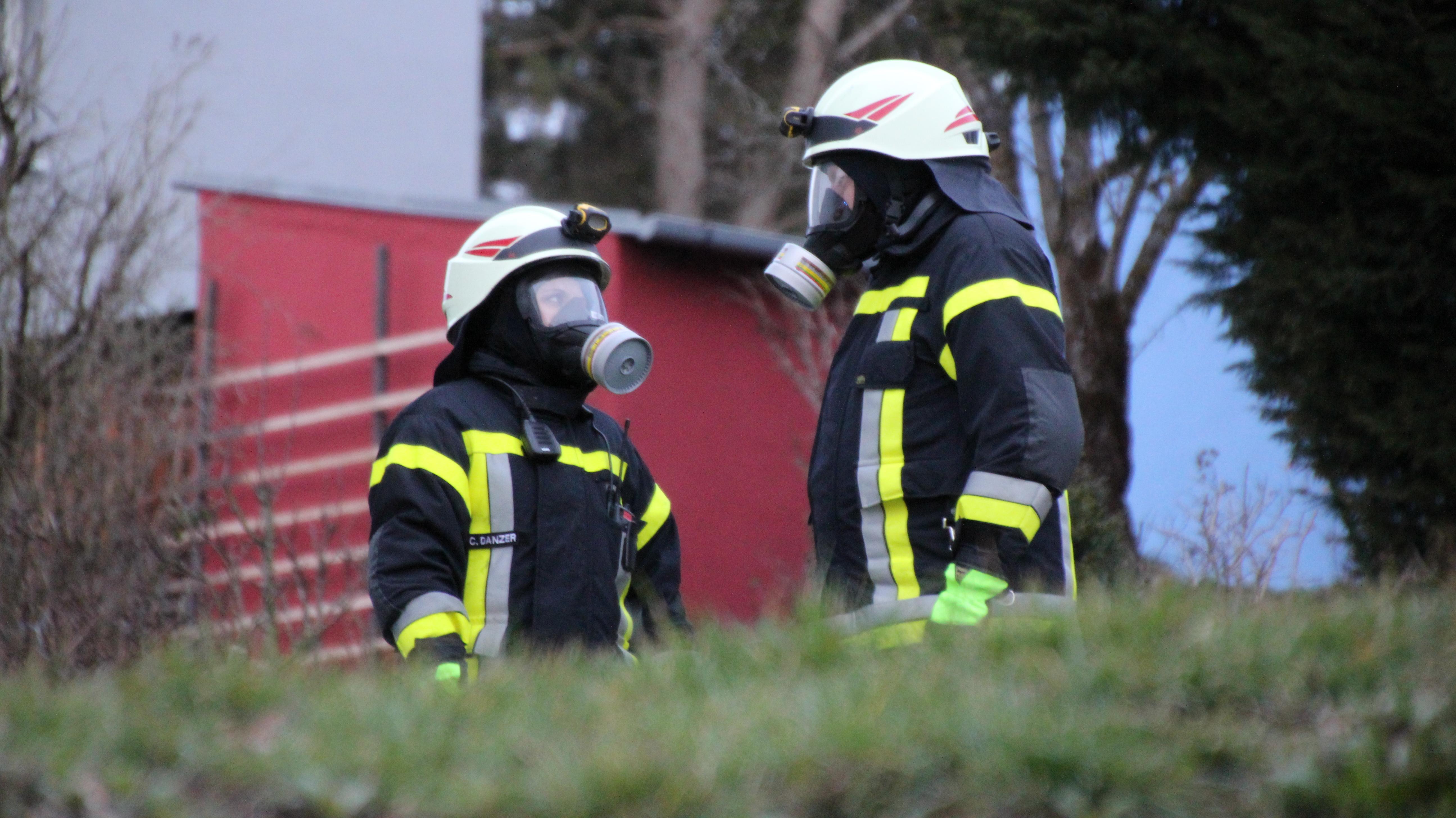 Feuerwehrleute mit Atemschutzmasken in Eschenbach