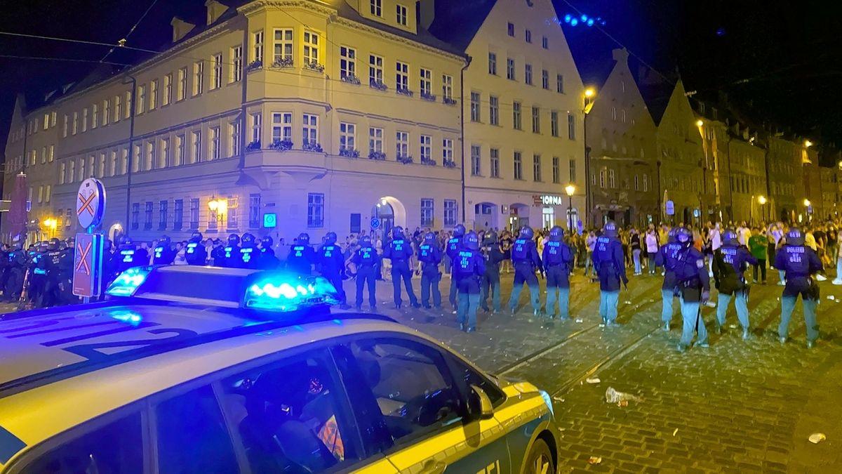 Polizeikette auf der Augsburger Maximilianstraße bei den Juni-Krawallen '21