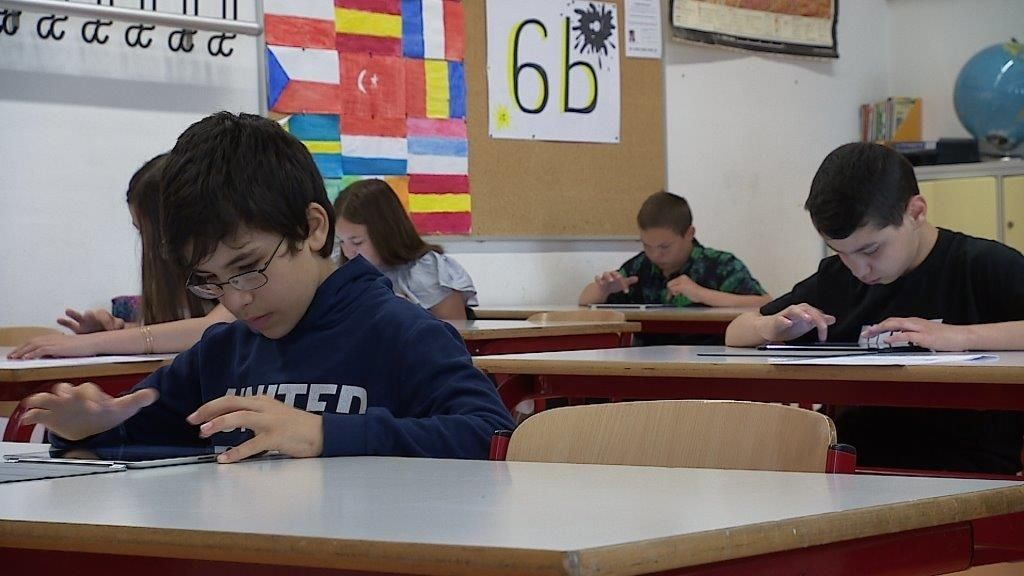 Schüler der Schweinfurter Friedenschule arbeiten an ihren Tablets