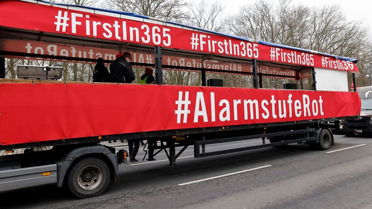 "Rote Transparente ""Alarmstufe Rot"" am LKW"