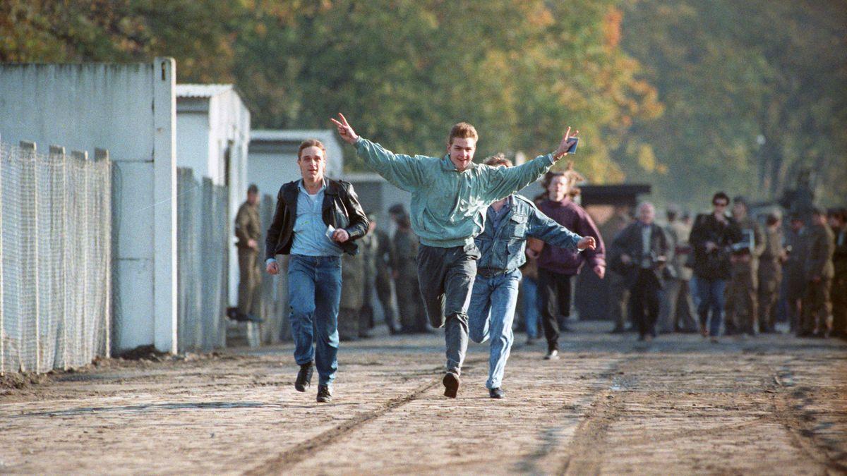 Auf in die Freiheit: Jubelnd laufen junge Ost-Berliner am 11. November 1989 durch einen gerade geöffneten Grenzübergang.