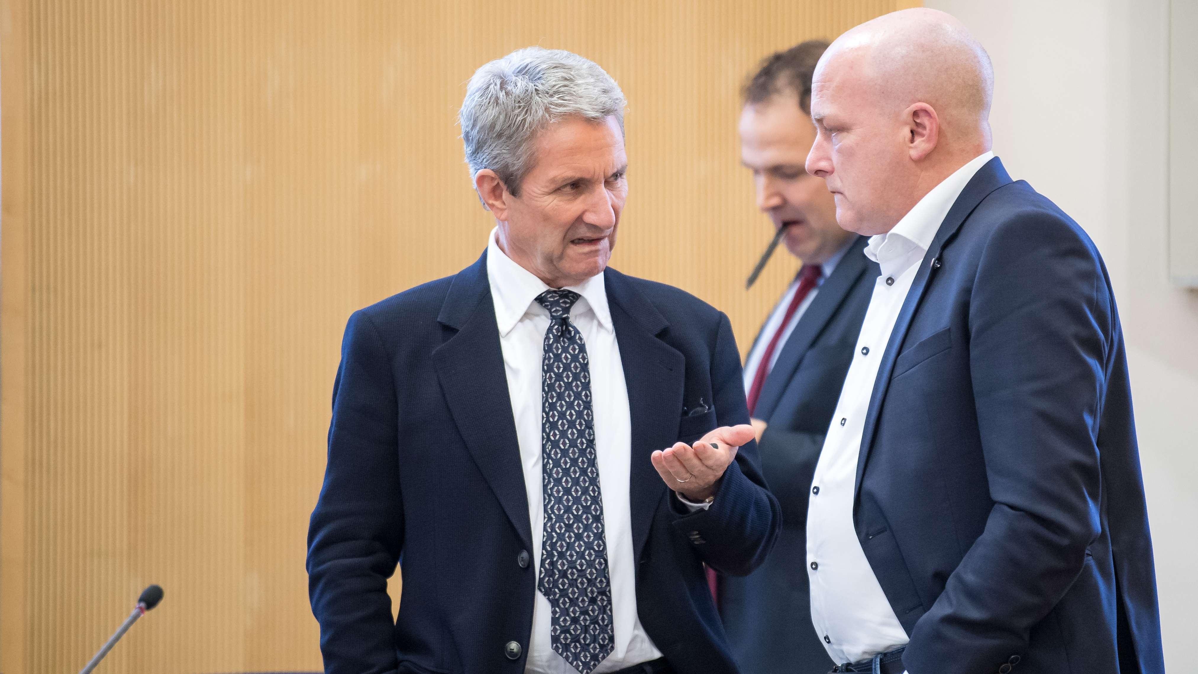 Immobilien-Unternehemr Volker Tretzel (li.) und der suspendierte OB Joachim Wolbergs: Die beiden stehen seit September vor Gericht.