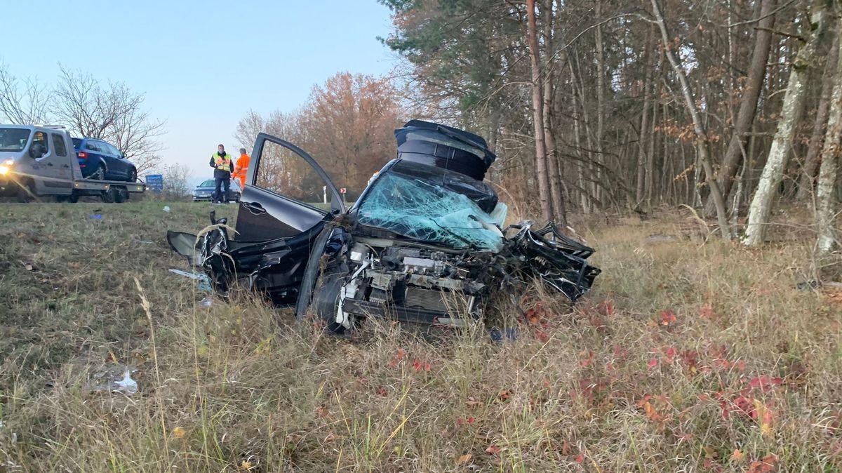 Unfallauto nach Frontalzusammenstoß mit Lkw