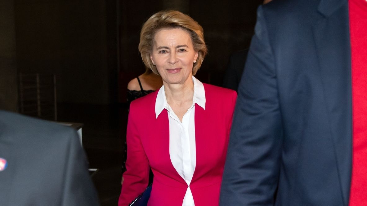Die ehemalige Verteidigungsministerin Ursula on der Leyen kommt vom Untersuchungsausschuss