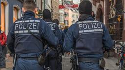 Polizisten auf Streife    Bild:dpa/pa