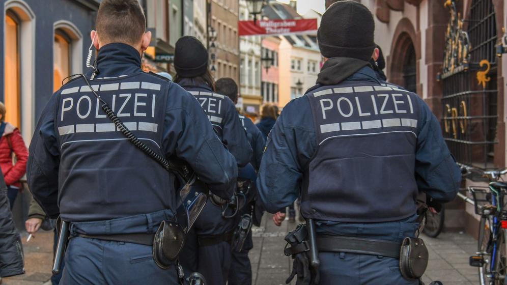 Polizisten auf Streife  | Bild:dpa/pa