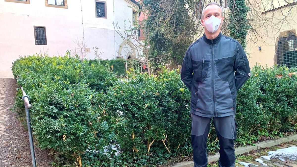Bild von Gartenamtsmitarbeiter vor Regensburger Stadt