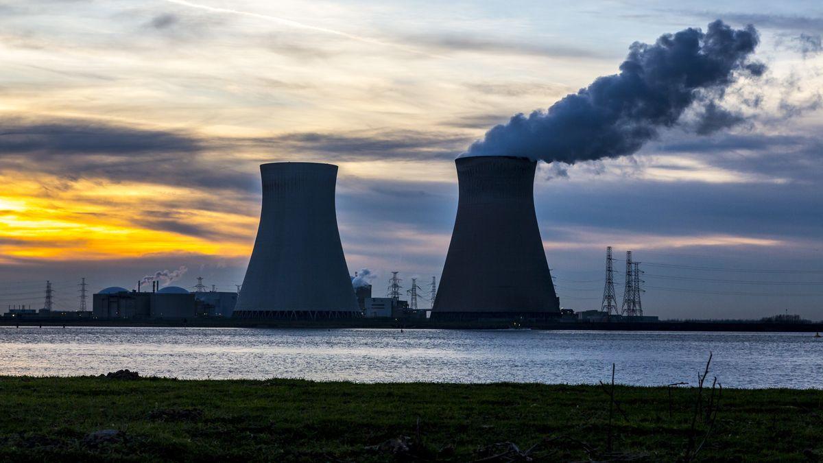 Ein Kernkraftwert bei Sonnenuntergang, sichtbar sind vor allem die Kühltürme. Obwohl dort nur Wasserdampf und kein Kohlenstoffdioxid herauskommt, tragen AKWs so wie dieses wohl nicht zur Reduktion der Kohlenstoffdioxid-Emissionen bei.