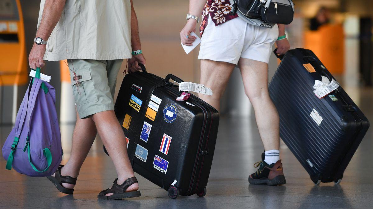 Flugreisende am Flughafen