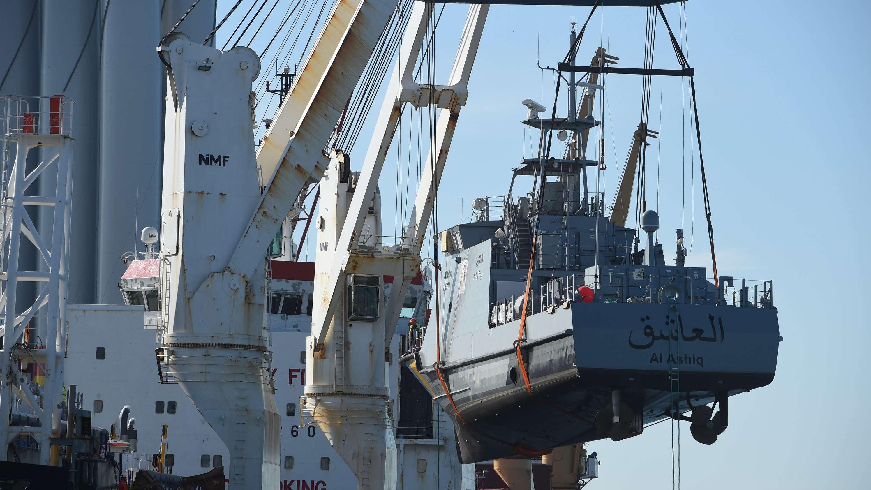 Patrouillenboote für Saudi-Arabien werden im Hafen von Mukran verladen