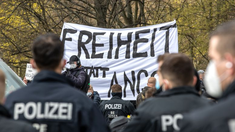 """Querdenker""-Demonstration in Berlin. | Bild:picture alliance / Andreas Gora"