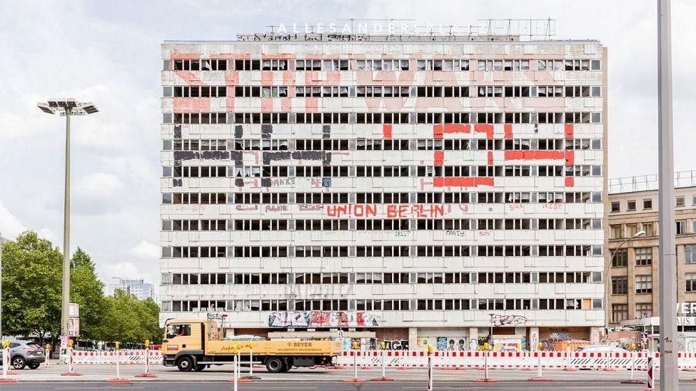 Eine Frontalansicht eines alten Plattenbaus in Berlin-Mitte am Alexanderplatz.