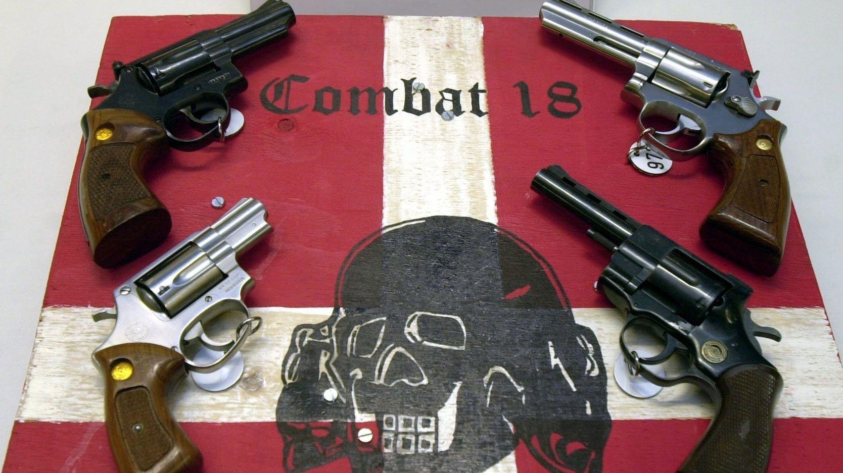 Sichergestellte Waffen und ein Schild der kriminellen Neonazi-Gruppe «Combat 18» liegen im schleswig-holsteinischen Landeskriminalamt (LKA)