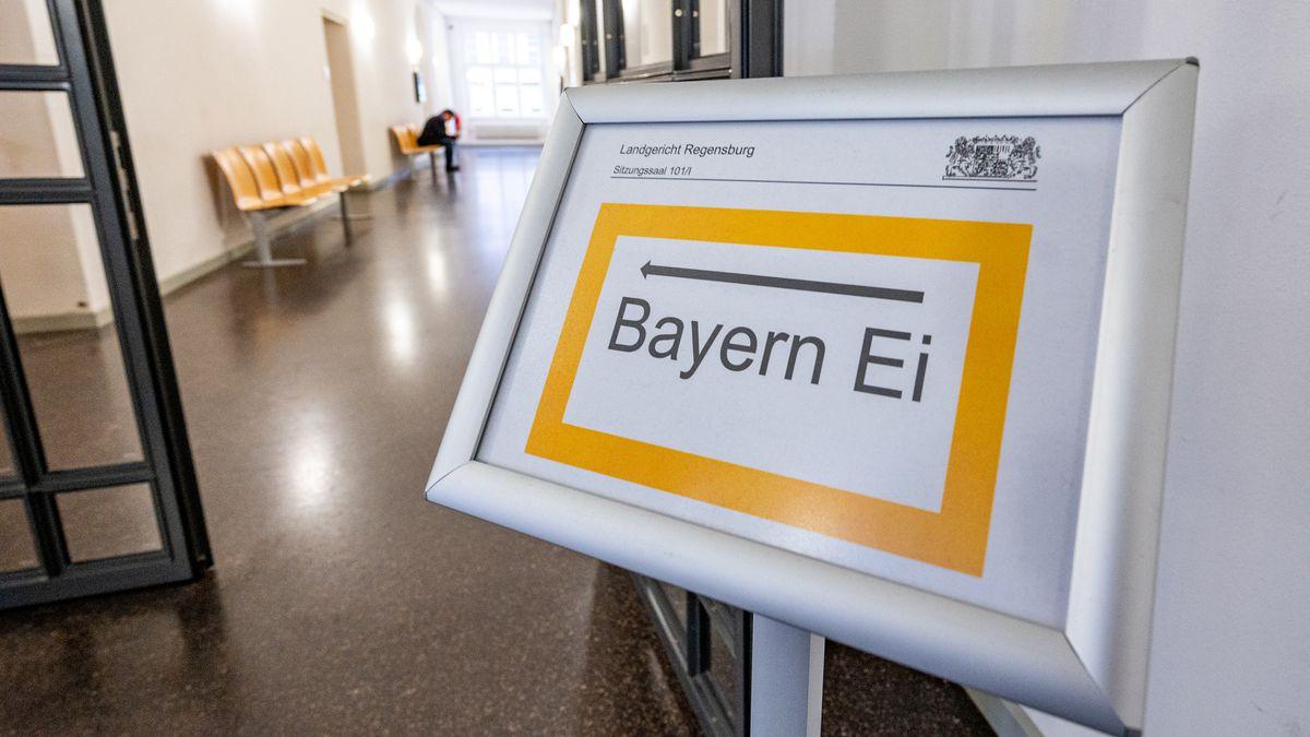 """""""Bayern Ei"""" steht auf einem Hinweisschild im Landgericht."""