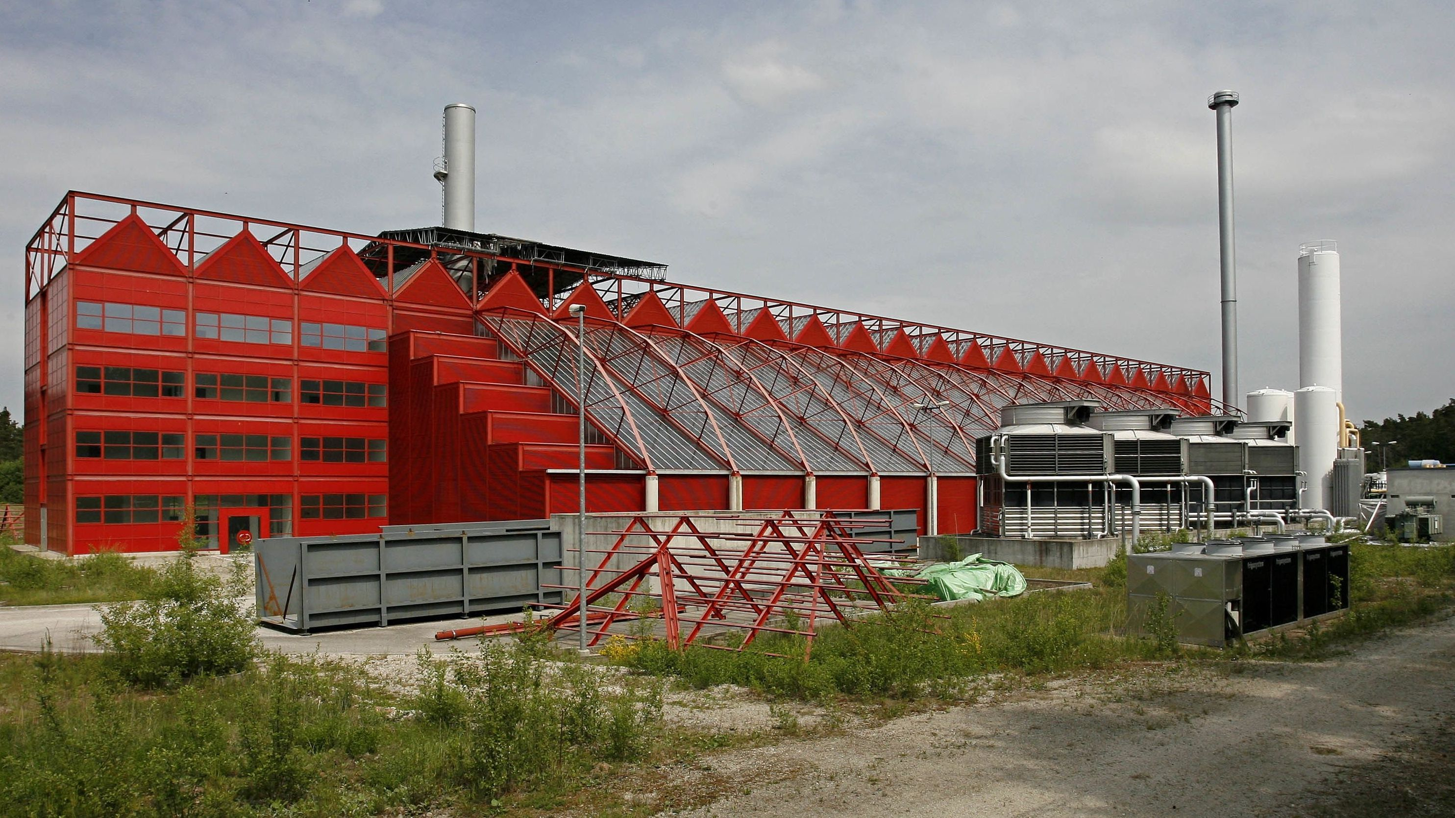 Blick auf die feuerrote leerstehende Thermoselect-Anlage in Ansbach-Brodswinden
